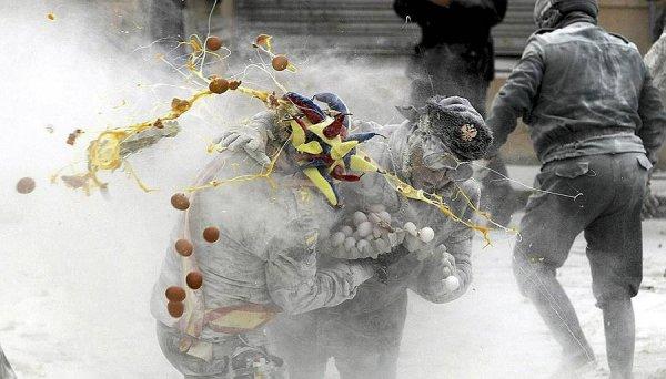 День Дураков в Испании отметили мучным побоищем