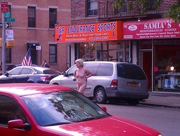 Обнаженная старушка устроила дебош в центре Бруклина