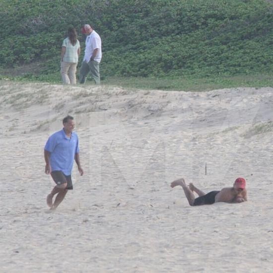 Обама играет в футбол на Гавайах