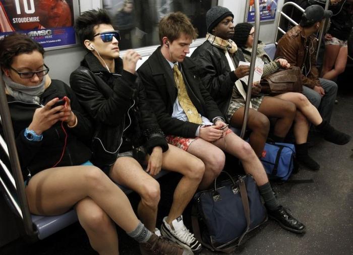 В трусах в метро!