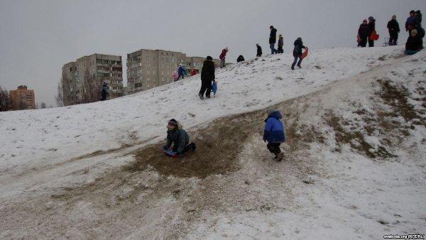 Детские горки на могильных курганах