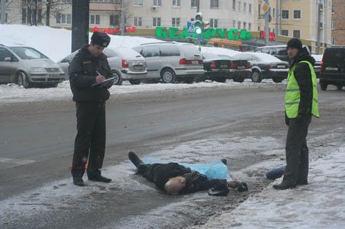 ГУВД: пешеход поскользнулся на тротуаре и попал под колеса самосвала