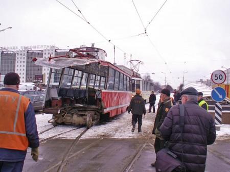 Автобус снес кабину у трамвая