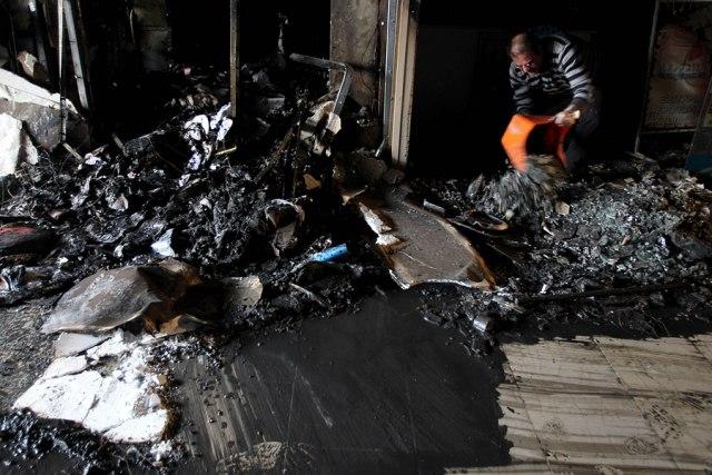 Жители Афин всю ночь жгли и грабили магазины
