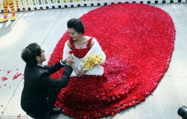 Платье из 9999 роз