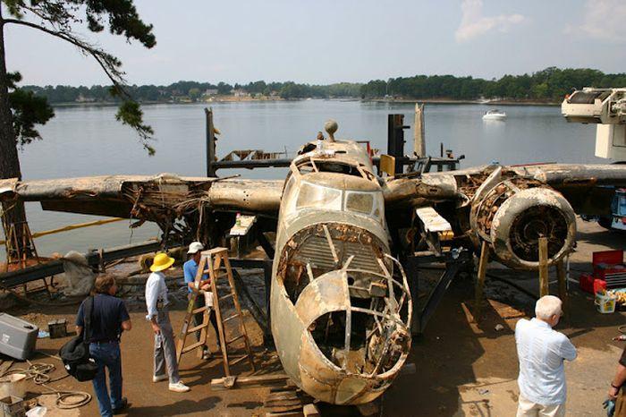 Достали самолет со дна озера