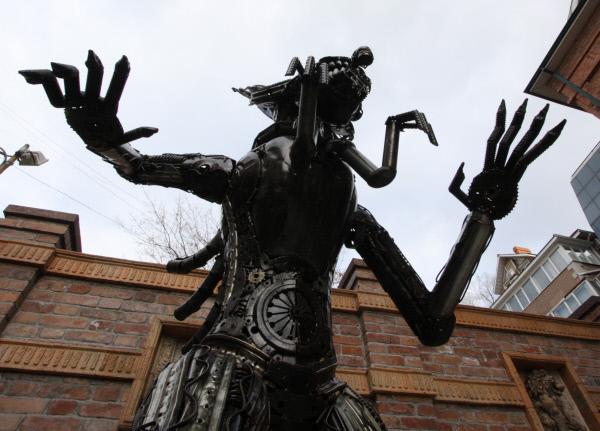 Во Владивостоке появился памятник «Чужому»