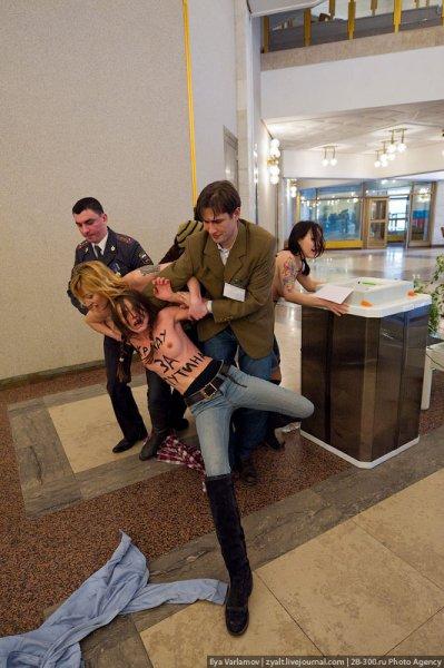 Активистки Femen разделись на участке Путина (обновлено)