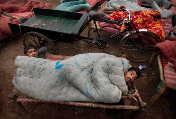 """Уличное """"общежитие"""" по-индийски"""