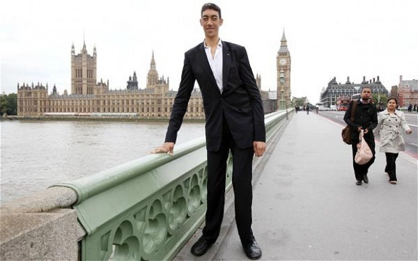 Самый высокий человек в мире наконец перестал расти