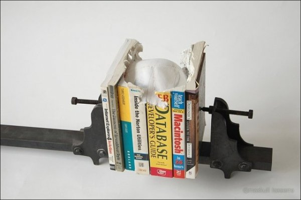 Книгорез делает череп из книг
