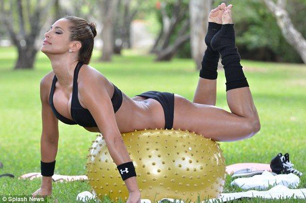 Jennifer Nicole Lee тренируется