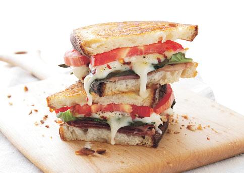 Сэндвич с расплавленным сыром и помидором