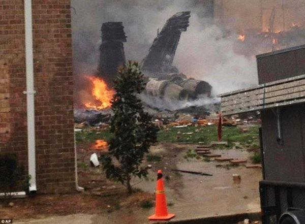Самолет F-18 упал на жилой квартал в США