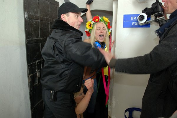 Снова FEMEN в деле!