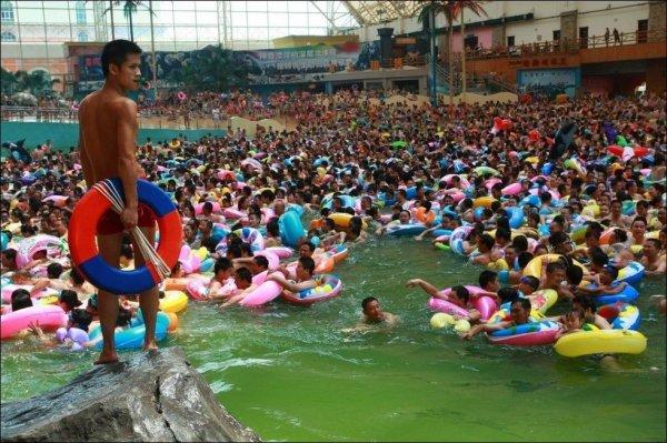 Как китайцы в аквапарке отдыхают