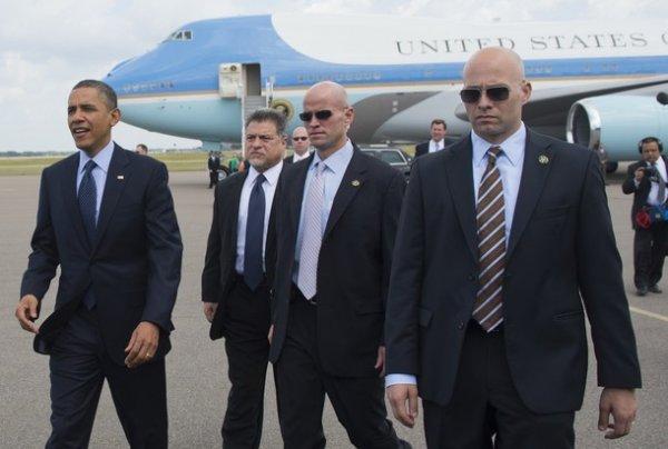Телохранителей президента США обвинили в половом сношении с проститутками.