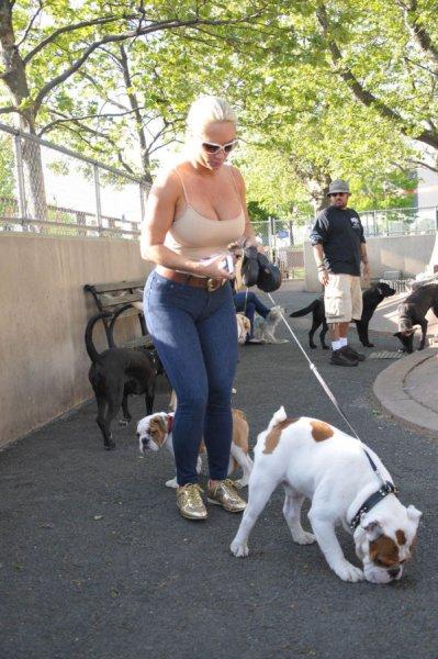 Коко гуляет собачку