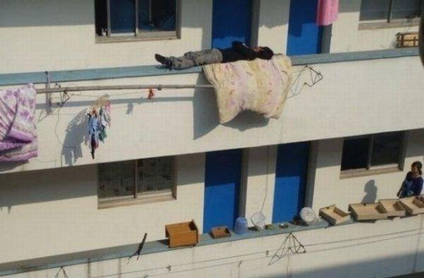 Спит отважный китаец
