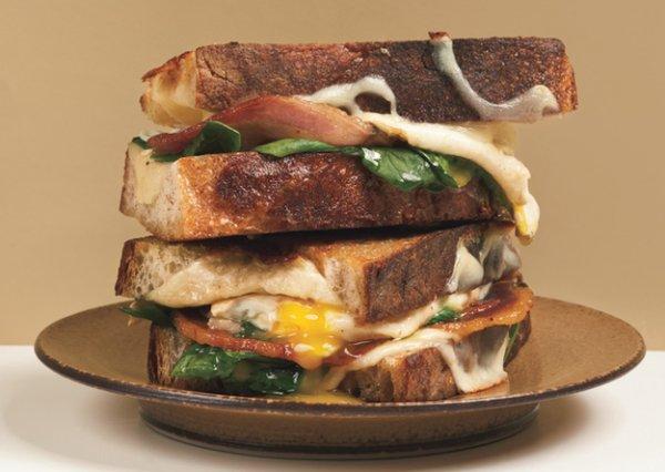 Сэндвич с жареным сыром и яйцом