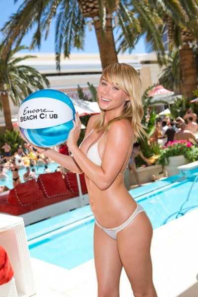 Sara Jean Underwood в бассейне
