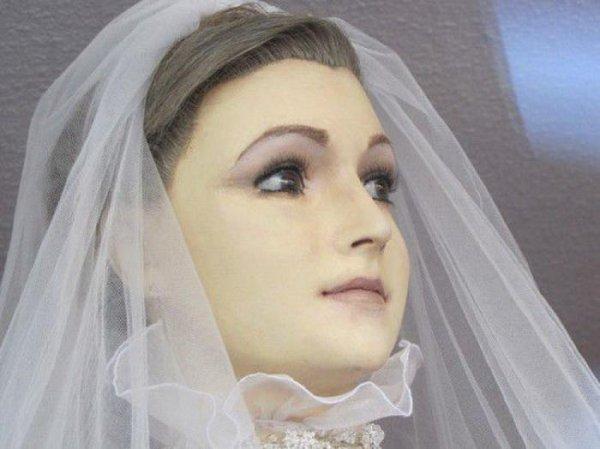 """""""Труп Невесты"""" в витрине свадебного салона"""