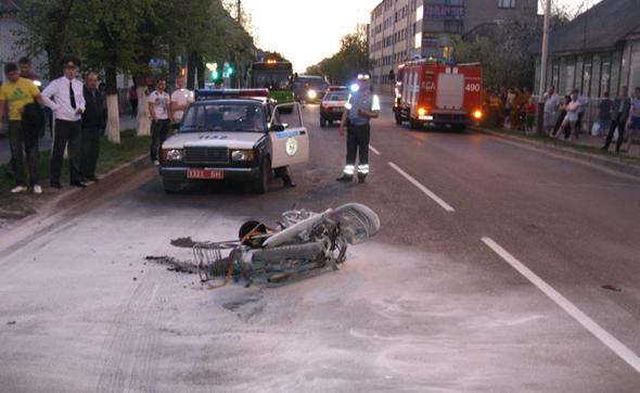 В Барановичах 26-летнему мотоциклисту оторвало ногу