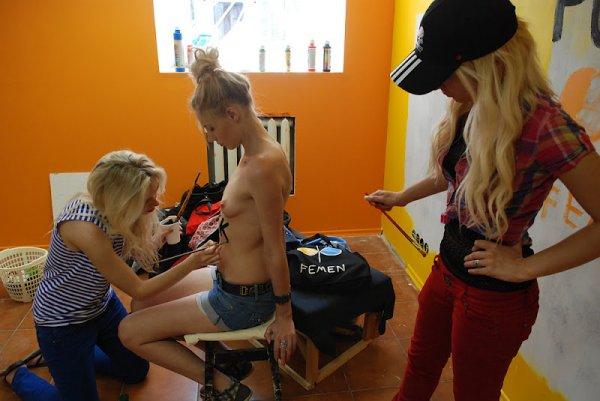 FEMEN повредили кубок Кубок УЕФА