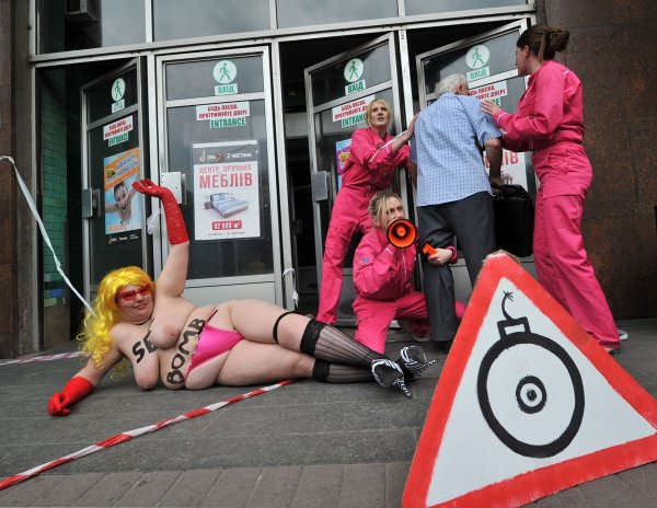 FEMEN заложили бомбу в метро