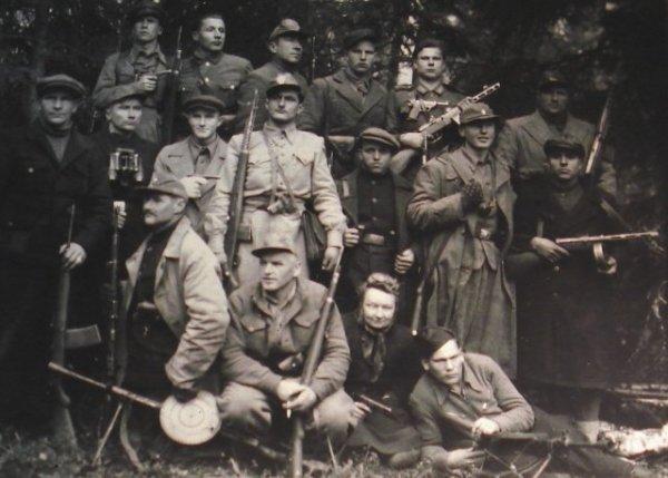 Литовские полицаи не боролись с коммунистами а убивали и грабили евреев.