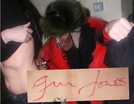 Зоя Вэйд собирает автографы на теле