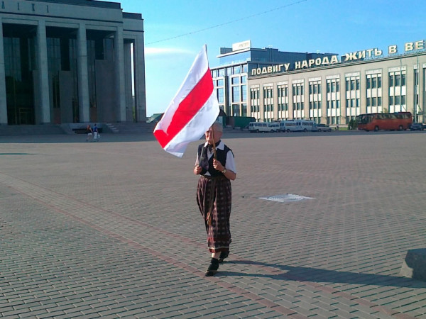 Минчанка прошла по Октябрьской площади с национальным флагом