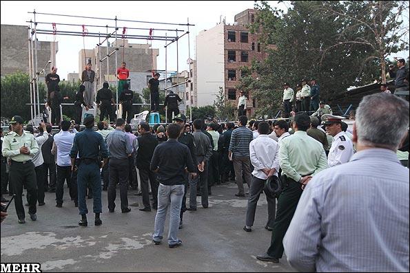 В Иране насильников маленьких девочек повесили на сцене