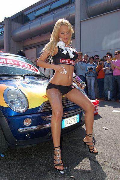 Девушки в бикини на автомойках