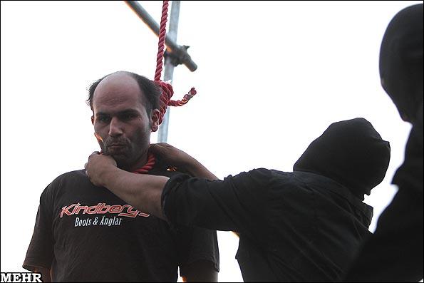 В Иране насильников маленьких девочек повесили публично на сцене