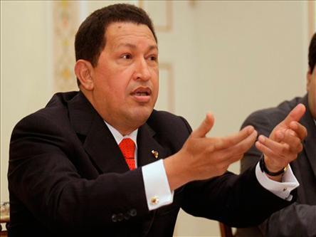 Лукашенко подарил непьющему Чавесу огромную бутылку водки