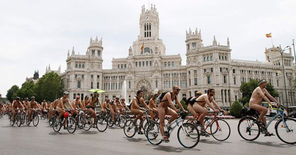 Голые испанские велосипедисты
