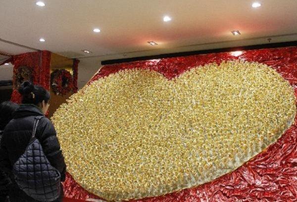 В Китае продают золотые розы