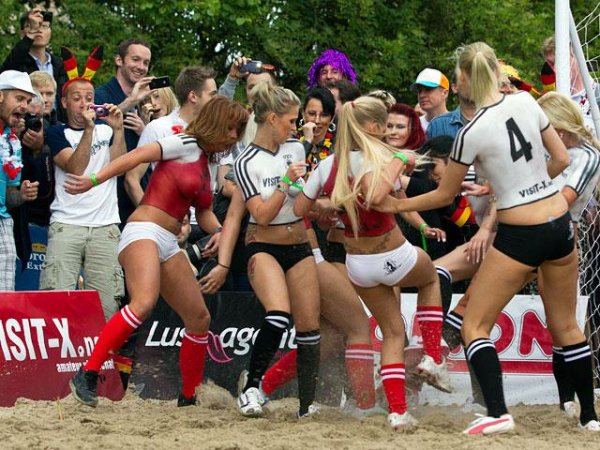 Футбол в исполнении необычных девушек