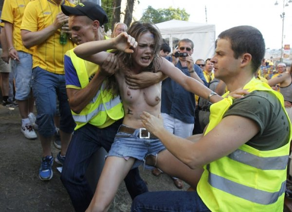 Голые FEMEN напали на шведов с пивом в фан-зоне