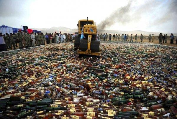 Как в Пакистане уничтожают элитный алкоголь