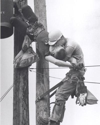 Мужики целуются?