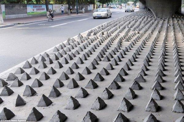 Пирамидки под эстакадой