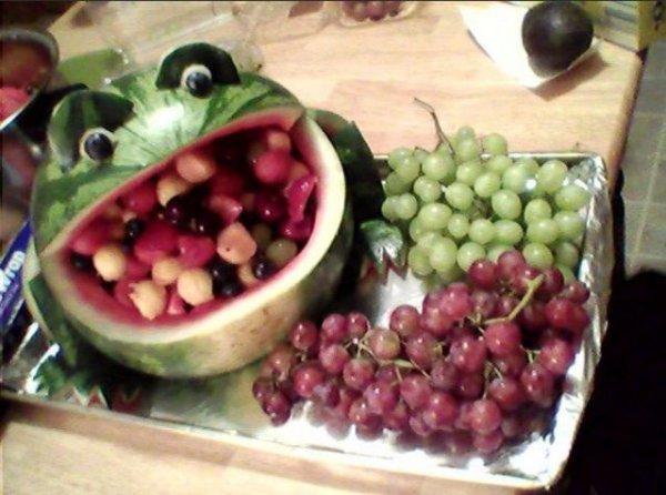 Как подать фрукты на стол при помощи арбуза?