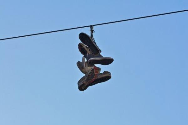 Для чего забрасывают обувь на провода?