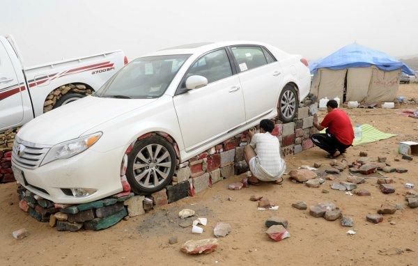 Странная арабская забава с камнями и авто