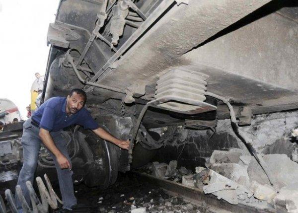 В Египте идиоты пустили под откос поезд