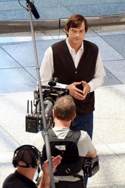 Эштон Кутчер в образе Стива Джобса