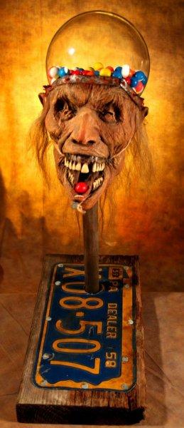Голова зомби дарит конфетки