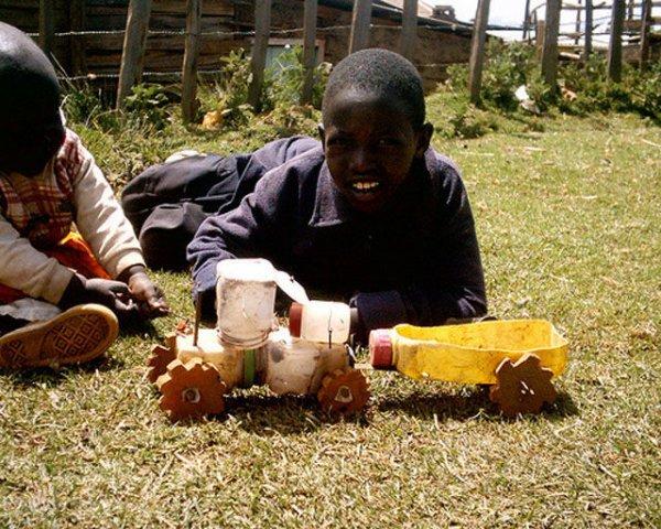 Незамысловатые игрушки в Африке